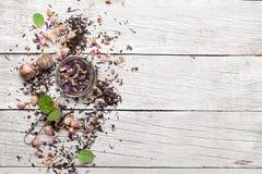 Mélange des thés secs de fines herbes et de fruit photographie stock libre de droits