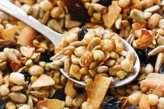 Mélange gratuit de muesli de gluten avec la cuillère image stock