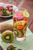 Mélange infusé de l'eau de kiwi, et de fraise Image libre de droits