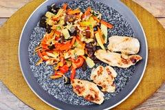 Mélange végétal chinois avec le filet grillé par poulet image stock
