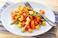 Mélange végétal rôti, carottes, haricots verts Photographie stock