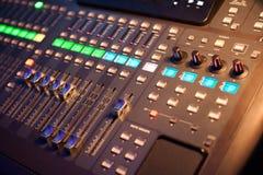 Mélangeur audio dans un studio d'enregistrement Image stock
