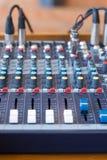 Mélangeur audio dans un studio sain image stock