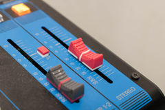 Mélangeur, bouton de plan rapproché pour augmenter ou diminuer le stéréo sain photo libre de droits