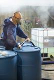 Mélangeur chimique fonctionnant dans le secteur corrosif de l'usine Photos stock
