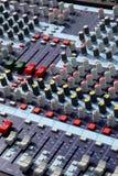Mélangeur dans le studio d'enregistrement sonore photographie stock