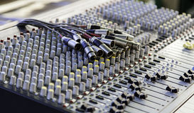 Mélangeur dans un studio d'enregistrement images stock