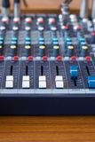 Mélangeur de plan rapproché dans la chambre d'enregistrement Bouton de plan rapproché pour augmenter ou diminuer le bruit images stock