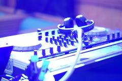 Mélangeur du DJ à une boîte de nuit photographie stock libre de droits