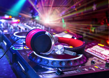 Mélangeur du DJ avec des écouteurs Images libres de droits