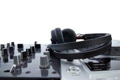 Mélangeur du DJ avec des écouteurs d'isolement image libre de droits
