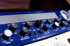 mélangeur et amplificateur audio professionnels avec différents boutons pour image libre de droits