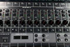 mélangeur et amplificateur audio professionnels avec différents boutons pour photo libre de droits