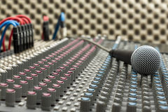 Mélangeur et microphone de studio Photographie stock libre de droits