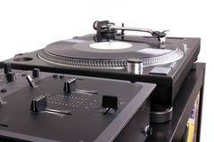 Mélangeur et plaque tournante du DJ sur la table noire Photos stock