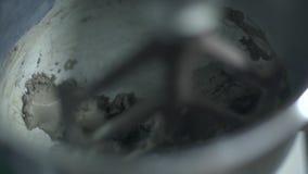 Mélangeur mélangeant le béton humide banque de vidéos