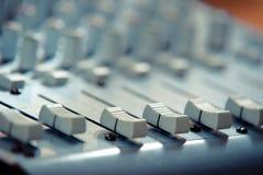 Mélangeurs à télécommande dans l'enregistrement de studio Image stock