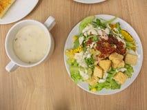 Mélangez la salade qui se compose des fruits et des viandes mélangés de légumes dans le plat blanc photos stock