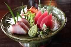 Mélangez le sashimi, le thon de poissons crus et le sashimi de saumons Photo stock