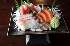 Mélangez le sashimi, le thon de poissons crus et le sashimi de saumons Image stock