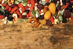 Mélangez les graines nuts et les fruits secs, sur une table en bois Photo libre de droits