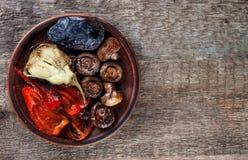 Mélangez les légumes rôtis sur une vue supérieure de plat Photos stock