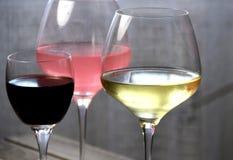 Mélangez les verres de vin de rouge, rosé et blanc Image libre de droits