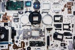 Mélangez toute la pièce d'appareil-photo sur le fond blanc, vue supérieure, concept de réparation photographie stock