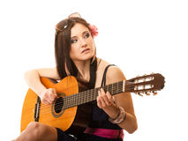 Mélomane, fille d'été avec la guitare d'isolement Photos stock