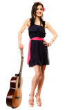 Mélomane, fille d'été avec la guitare d'isolement image libre de droits