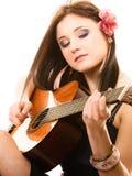 Mélomane, fille d'été avec la guitare d'isolement Photo libre de droits