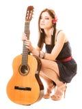 Mélomane, fille d'été avec la guitare d'isolement photographie stock libre de droits