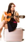 Mélomane, fille d'été avec la guitare et valise photos stock