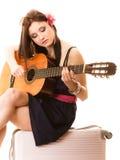 Mélomane, fille d'été avec la guitare et valise photo stock