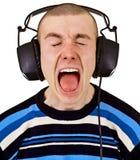 Mélomane mâle de cri avec de grands écouteurs photos libres de droits