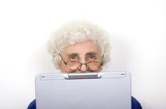 Mémé et son ordinateur portatif Image libre de droits