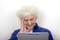 Mémé fronce les sourcils à son ordinateur portatif Photographie stock libre de droits