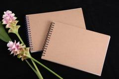 Mémoire de carnet avec une fleur images stock