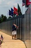 Mémoires au mémorial de déplacement de mur du Vietnam Images libres de droits