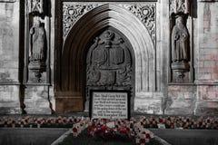 Mémorial avec des pavots en dehors d'abbaye de Bath, la nuit Photos libres de droits