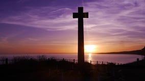 Mémorial de guerre contre un coucher du soleil sur un clifftop en Angleterre Photo stock