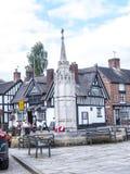 Mémorial de guerre et bar couvert de chaume dans la ville pittoresque de Sandbach dans Cheshire England du sud photo libre de droits
