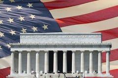 Mémorial de Washington DC sur le drapeau d'étoile et de rayures Image stock
