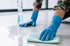 Ménage de mari et concept de nettoyage, jeune homme heureux dans le bl photos stock
