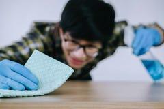 Ménage de mari et concept de nettoyage, wipin heureux de jeune homme photo stock