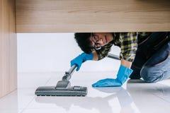 Ménage et concept de nettoyage des travaux domestiques, jeune homme heureux dedans photo libre de droits