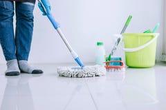 Ménage et concept de nettoyage, jeune femme heureuse dans la bande de frottement bleue photo stock