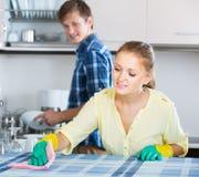 Ménage heureux de couples de famille dans la cuisine Images stock
