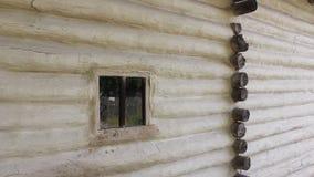 Ménage roumain - mur des faisceaux en bois banque de vidéos