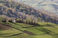 Ménage typique sur une colline de village Images libres de droits